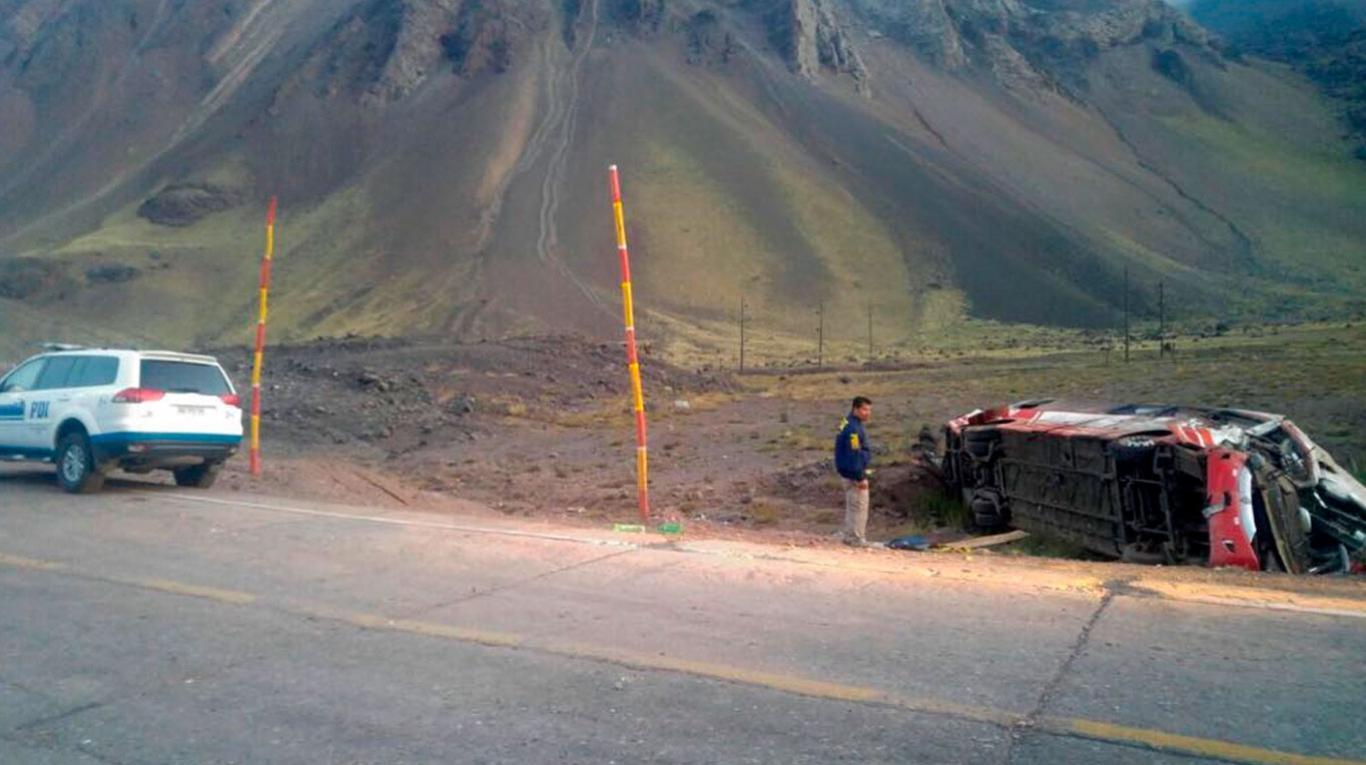 Murieron tres chicos tras desbarrancar un micro con deportistas chilenos — Mendoza
