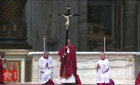 "Francisco convocó a ""romper las rutinas"" en la vigilia de Pascua"