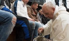 """Francisco lavó los pies de 12 presos y pidió más """"curas callejeros"""""""