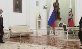 Putin e Infantino jugaron al fútbol en el Kremlin
