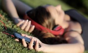 Crecen los consumos culturales en celulares y cae la lectura de libros y diarios