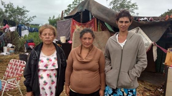 Tres mujeres con niños a la intemperie en Villa Cariñito