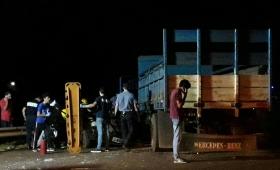 Choque entre un camión y un vehículo dejó un lesionado