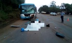 Colectivo choca con motociclista que falleció en el acto