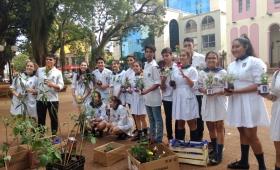 Estudiantes regalaron plantas en la Plaza 9 de Julio