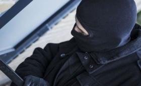 Ladrones con pasamontañas asaltaron a una familia