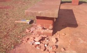 Vándalos destrozaron una plaza a mazazos