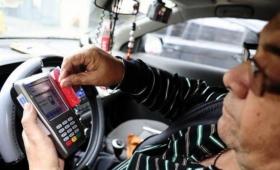 Analizan implementar el pago con débito en taxis