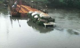 No aguantó la balsa y un camión cayó al río