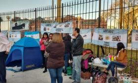 ARA San Juan: Familiares se encadenaron en la Plaza de Mayo