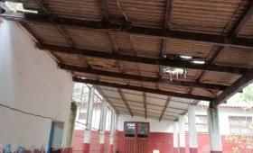 Estudiantes en peligro por escuela en malas condiciones