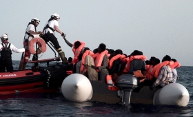 El Papa pide un pacto global por buen trato a refugiados