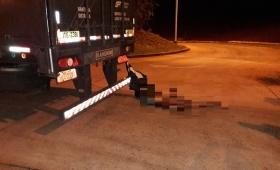 Paró en el control con un cuerpo enganchado al camión