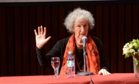 "Margaret Atwood a Michetti: ""Forzar partos es esclavitud"""