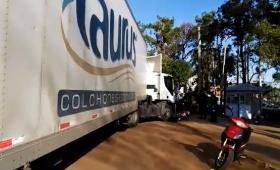 Motociclista se salvó de milagro tras chocar con un camión