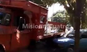 Un camión hizo marcha atrás y chocó dos autos