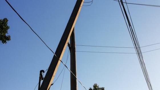 Vecinos de la chacra 112 en alerta por poste a punto de caer