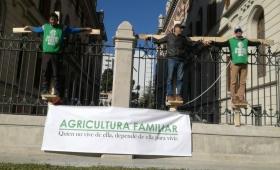"""Trabajadores misioneros """"crucificados"""" frente a Agroindustria"""