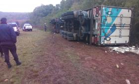Jardín América: volcó un camión en ruta 12