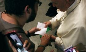 Le entregó un pañuelo verde de la campaña por el aborto al Papa Francisco
