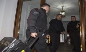 Realizaron allanamientos en el edificio donde vive Cristina