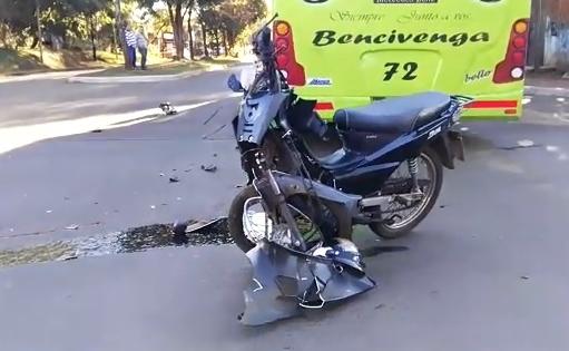 Motociclista en grave estado tras chocar contra un micro