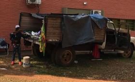 Viven en un camión viejo y piden una casa