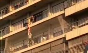 Heroico rescate de un nene colgado en un balcón