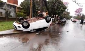Violento choque y vuelco en avenida Blas Parera
