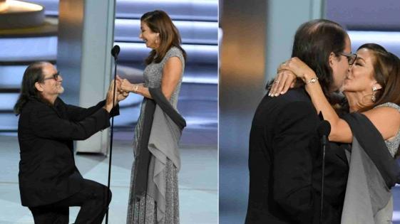 Ganó un Emmy y le propuso casamiento a su novia en el escenario