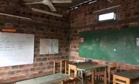 Una escuela enseña en una capilla por falta de edificio