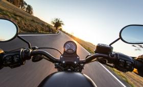 Motociclista murió embestido por un auto