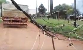 Camión enganchó el tendido de cables en Villa Poujade