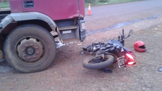 Un camión chocó a una moto
