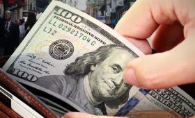 El dólar recortó la suba inicial y cerró en $45,90