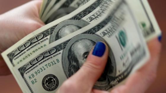 El dólar superó los 41 pesos pero bajó con la suba de tasas