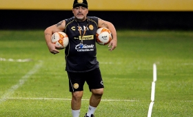 """""""Hay que ponerle prótesis en las rodillas"""", dijo el médico de Maradona"""