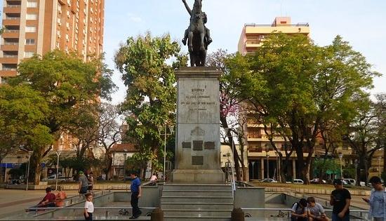 Clase pública de Bibliotecología en la plaza San Martín