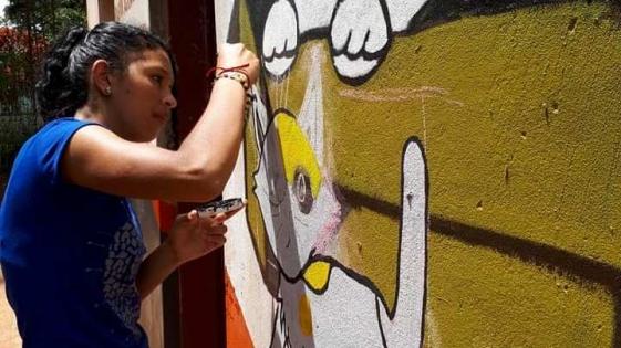 Adolescentes pintan murales en El Refugio de animales
