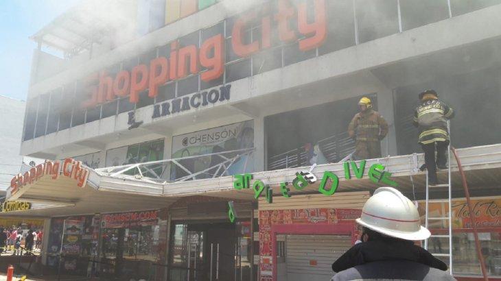 Bomberos controlan llamas en shopping encarnaceno