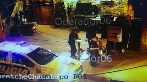 Las cámaras los captaron en intento de robo y fueron detenidos