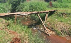 Precario puente en barrio San Onofre