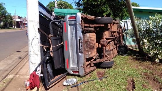 Volcó una camioneta en avenidas San Martín y Brown