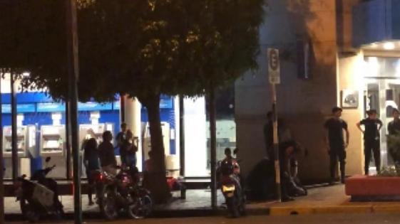 Escandalosa captura de un hombre frente a un banco