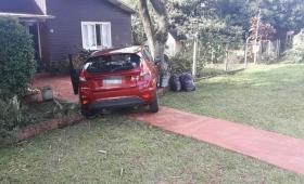 Chocaron dos autos y uno terminó incrustado contra una vivienda