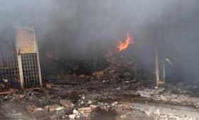 Incendio en 82 locales del mercado municipal de Corrientes