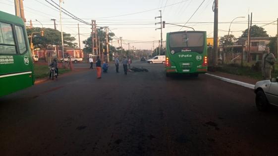 Motociclista grave al chocar con un colectivo