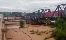 Un puente ferroviario cayó cuando pasaba un tren de carga en Salta