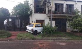 Taxi fuera de control chocó una camioneta y una casa