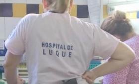 Paraguay: fotografían armada a una empleada del hospital